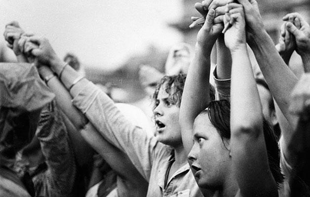 Nuoria feministejä yhteishengen huumassa Pariisin rauhanmarssilla vuonna 1981.