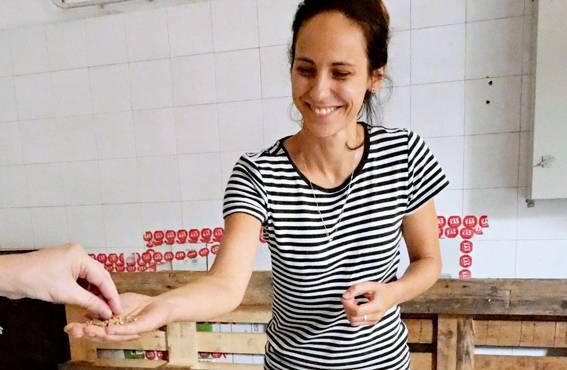 Oluenpanija Jelena Cacíc maistattaa maltaita.