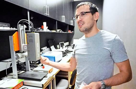 Laboratoriopäällikkö Goran Kitic vastaa BioSensen tutkimusvälineistöstä.