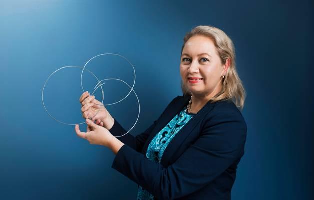 Työsuojelutarkastaja Katja Savolainen muotoili rautalangasta psykososiaalisten kuormitustekijöiden osa-alueet: työn sisällön, työn järjestelyn ja työyhteisöjen sosiaalisen toimivuuden.