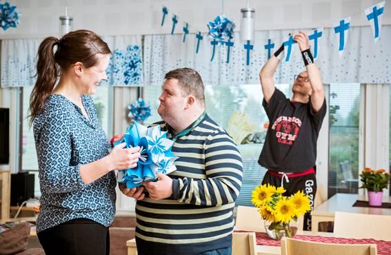Suomi 100 -juhlavuosi näkyy yhteisten tilojen koristuksissa. Somistajina Outi Priia, Hannu Kuusisto ja Santtu Koivula.