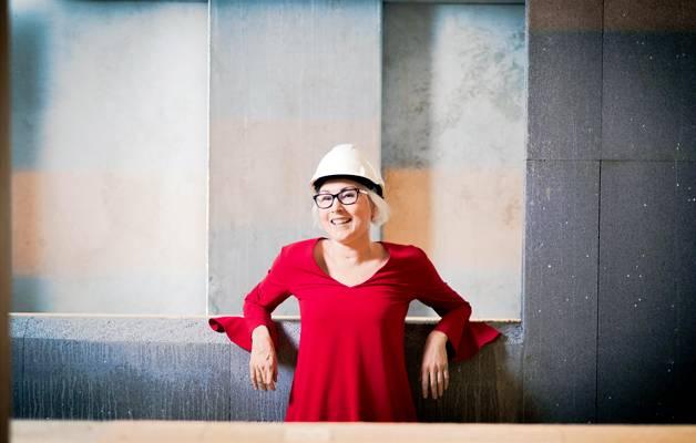 Sari Klinga on toiminut betoniteollisuudessa vasta tovin, joten opittavaa riittää jokaiselle työpäivälle. Klingan mielestä uuden oppiminen inspiroi ennemmin kuin stressaa.