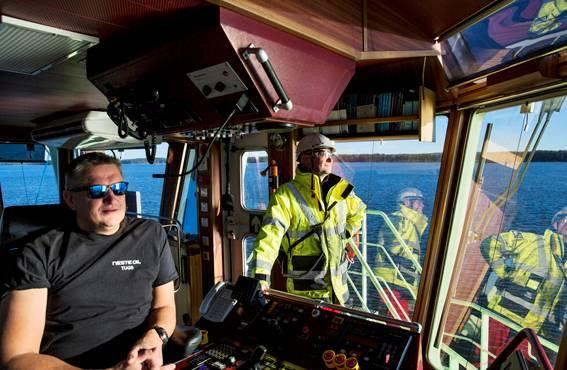 Laki asettaa laivalla työskenteleville tiukat pätevyysvaatimukset. Nykyisin kaikilla on niin sanottu YT-pätevyys eli pätevyys työskennellä sekä kannella että konehuoneessa. Ruorissa aluksen päällikkö Jani Huumonen.