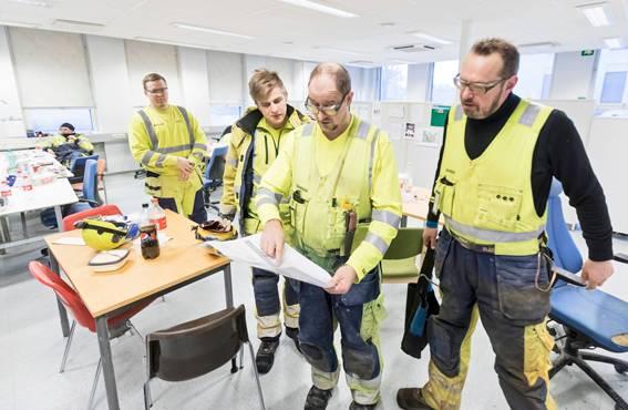 Tauko on ohi, ja on hyvä vaihe suunnitella seuraavaa työvaihetta papereista. Raudoittaja Petri Vartiainen (oikealla), Riku Nurkkala (toinen vasemmalta) ja Lassi Tolppa (vasemmalla) kuuntelevat nokkamies Reijo Pääskynpään pohdintaa. Takana istuu Markus Mäkinen.