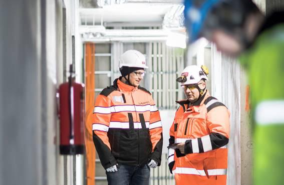 Rakennusliike Lapti Oy:n työturvallisuuspäällikkö Jukka Moilanen (vas.) ja työnjohtaja Jarmo Leppänen panostavat työntekijöiden perehdytykseen. Uusia menetelmiä turvallisuuden parantamiseksi kehitetään kaiken aikaa.