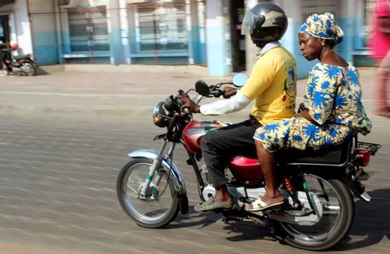 Mopon kyydissä on usein koko perhe. Kypäräpakko – jota ei valvota – on vain kuljettajalla, ja liikenneonnettomuudet ovat valitettavan yleisiä.