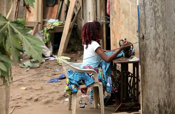 Naiset hankkivat elantoaan muun muassa ompelemalla vaatteita. Kodin yhteydessä on hyvä huristaa tilaustöitä tai valmisvaatteita omalla ompelukoneella. Kankaat hankitaan usein Nigeriasta.