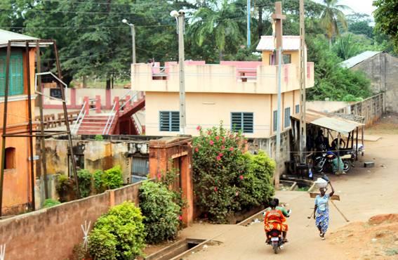 Kylänraitilla näkee sekä hökkelimäisiä rakennuksia että prameita taloja. Ammattitaitoinen rakennusmies on saattanut rakentaa kotiaan vuosikausia.