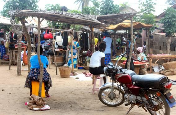 Grand-Popon torille kerääntyvät lauantaisin myyjät ja ostajat. Elintarvikkeita ja tavaroita löytyy jokaiseen tarpeeseen. Paikalle saavutaan mopolla tai jalan.