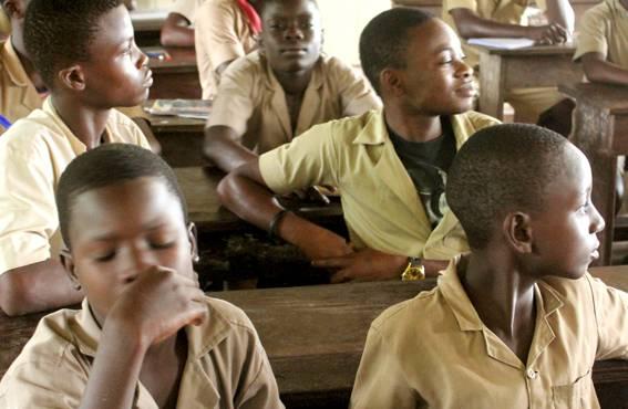 Lukiossa voi opiskella 21-vuotiaaksi asti. Suurin osa lukiolaisista on poikia, vaikka koulutus on heille kalliimpaa kuin tytöille.