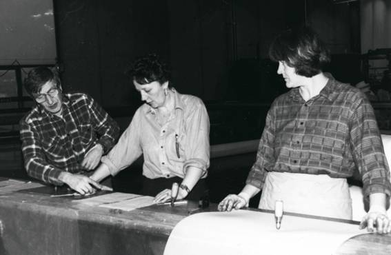 Työnopettaja Väinö Jokinen opastaa Tamfeltin suodatinkangasosastolla vuonna 1989.