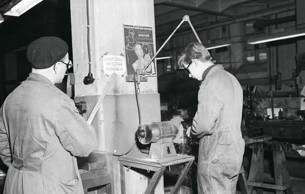 Hyvässä perehdytyksessä huomioidaan myös työturvallisuusasiat. Kesällä 1955 työnjohtaja opastaa turvallista työskentelyä Osuustukkukaupan korjaamolla Helsingissä.