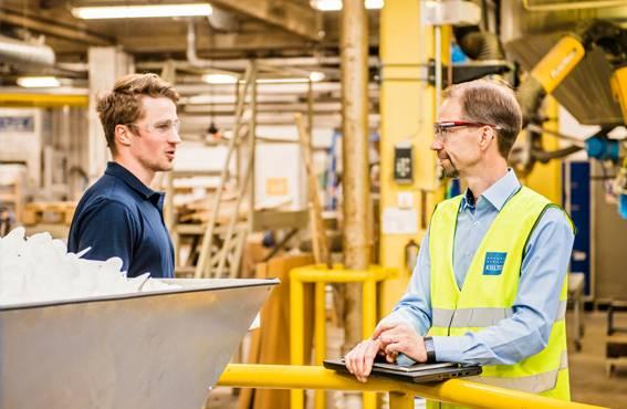 Terveys-, ympäristö- ja turvallisuusasiat ovat Lempäälän tehtailla Jyrki Tiihosen kontolla. Tuotannon tiloissa jokainen vieras – myös HSEQ Manager Tiihonen – käyttää suojalaseja ja huomioliiviä. Vasemmalla laatu- ja kehitysinsinööri Matias Hamnström.