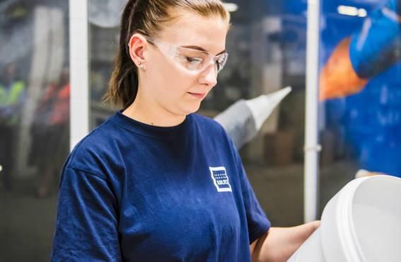 Kiiltolaisia kannustetaan tarkkailemaan omaa työskentely-ympäristöään ja ilmoittamaan heti turvallisuuspuutteista. Pakkaamotyöntekijä Laura Kivistö pitää käytäntöä hyvänä, ja hän on itsekin laittanut tietoa eteenpäin.