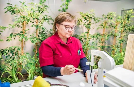 Tutkimusavustaja Tuija Haavisto iloitsee, kun työpaikalla asioita pyritään koko ajan tekemään entistä vihreämmin. Hän muistuttaa, että mahdollisimman vihreä tuote on hyväksi tekijöille, asiakkaille ja ympäristölle.