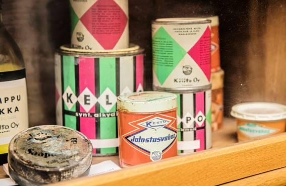 Purkit ja purnukat pienessä museonurkkauksessa kertovat, mistä Kiillon tarina sata vuotta sitten alkoi ja mistä yritys sai nimensä. Alkuaikojen tuotteet olivat muun muassa hius- ja suuvesiä sekä kiillotteita, maaleja, vahoja, lakkoja ja liimoja kenkätehtaille ja huonekaluteollisuudelle.