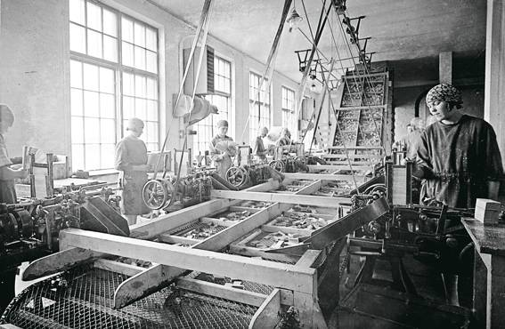 Tulitikkuaskeja kootaan OTK:n tulitikkutehtaalla 1920-luvulla.