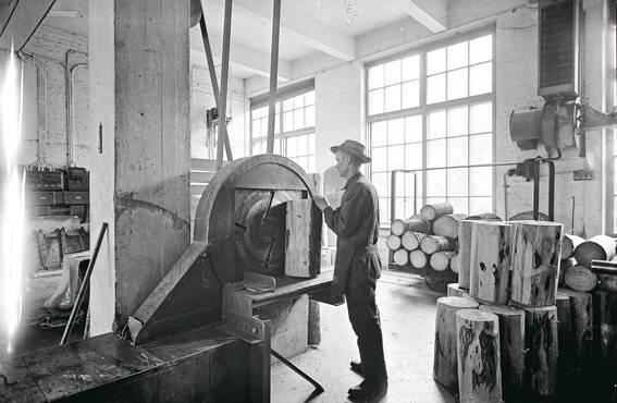 Haapapöllejä kuoritaan OTK:n tulitikkutehtaalla 1920-luvulla.