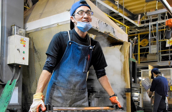 Sochi Yamamoton käyttämälle prässille on tehtaalla omat huoltomiehet.