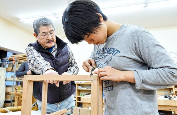 Yhdeksäntoistavuotias Kawanabe Mizuki on yksi tehtaan ammattikoulun oppilaista.