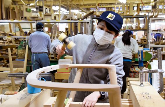 Käsityökerhon jäsen Sukiyama on valmistanut muun muassa puisen, luonnollisen näköisen koristesudenkorennon.