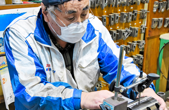 Neljäkymmentä vuotta HIDAlla työskennellyt huoltomies Iwata huoltaa viisikymmentä vuotta vanhaa sorvia.