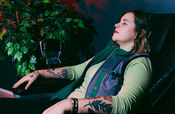 Tiiminvetäjä Katja Limmer nauttii työpaikkansa hiljaisesta tilasta, jossa voi tauolla hemmotella itseään hierontatuolissa tai verrytellä kroppaa puolapuilla.