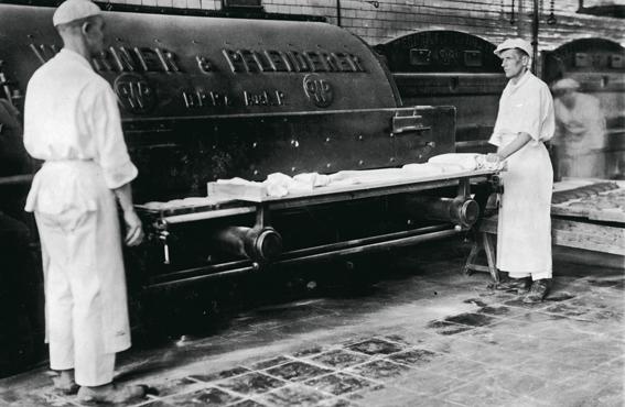 Elannon leipomo Helsingissä 1920-luvulla. Vaikka suurin osa Helsingin leipomoista oli pieniä ja työt tehtiin käsin, suurimmat leipomot olivat jo 1900-luvun alussa koneistettuja.
