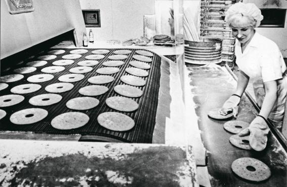 Työn koneellistuminen ja uudentyyppiset uunit muuttivat leipomotyötä. Voiman leipomon leipäuuni 1970-luvun Tampereella.