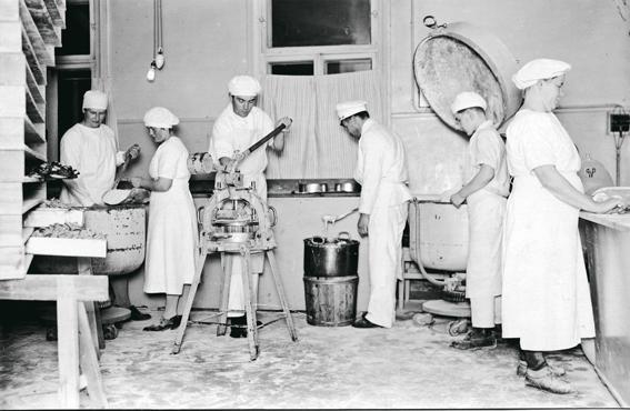 Työn touhussa osuusliike Onnin leipomossa Lappeenrannassa 1930-luvulla.