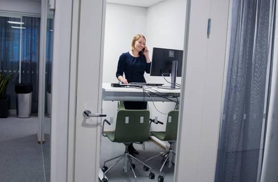 Mari Kauranen, som är chef för FPA:s enhet för internationell kundservice anser att de nyrenoverade utrymmena är trivsamma och lugna och ergonomin är i skick.