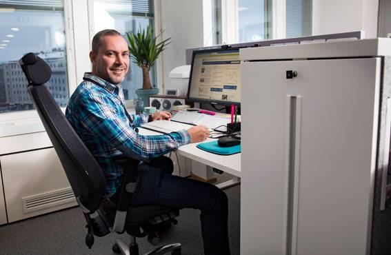 Anssi Roivainen flyttade från eget arbetsrum till det gemensamma utrymmet och har några förbättringsförslag gällande arbetsmiljön. Ändå trivs han bra och vill inte återgå till de gamla utrymmena.