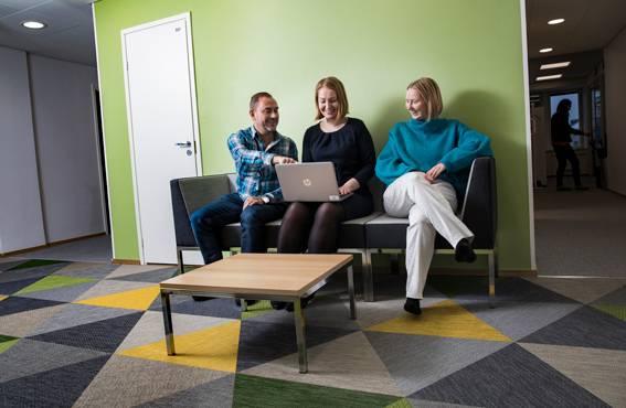 Löhöilytiloja ei toimistossa ole, mutta sohvalle mahtuu mukavasti koko kolmikko: Anssi Roivainen, Mari Kauranen ja Tilda Lindgren.