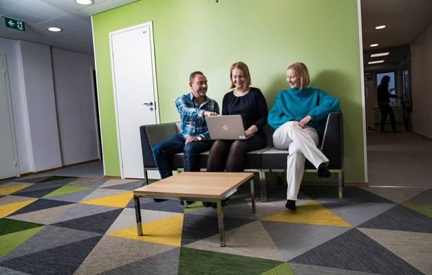 På kontoret finns det inga utrymmen där man kan slappa men trion Anssi Roivainen, Mari Kauranen och Tilda Lindgren har gott om plats på soffan.