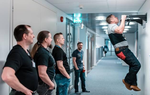 Nokia Networksin insinöörit Kari Hotakainen, Markus Nenonen, Heikki Malmberg ja Sauli Markkula sekä leukaa vetävä Tommi Nurminen treenaavat joka päivä. Jos työkaveri luistelee leuanvedossa, seuraa heti ystävällistä kuittailua.