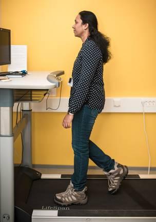 Työpäivän mittaan kannattaa pitää liikunnallisia taukoja. Kanthi Palaniappan tekee välillä työtä kävellen.