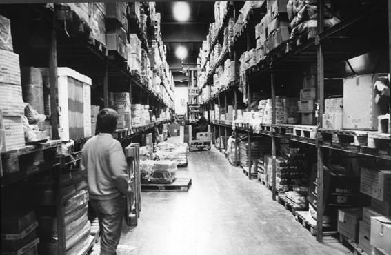 Wihuri Oy Aarnion modernin tukkuvaraston käytäviä reunustivat korkeat kuormalavahyllyt 1980-luvulla.