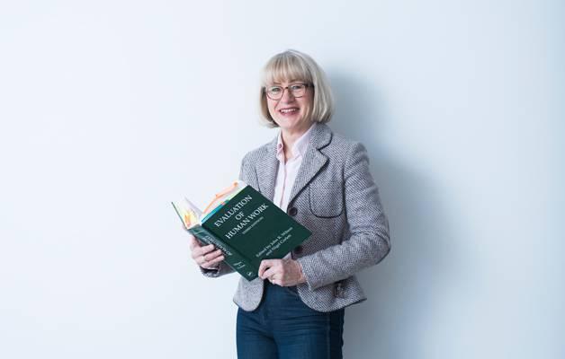 Ergonomianäkökulmaa tarvittaisiin myös uusien teknologioiden ja työprosessien suunnitteluun, sanoo Elina Parviainen.