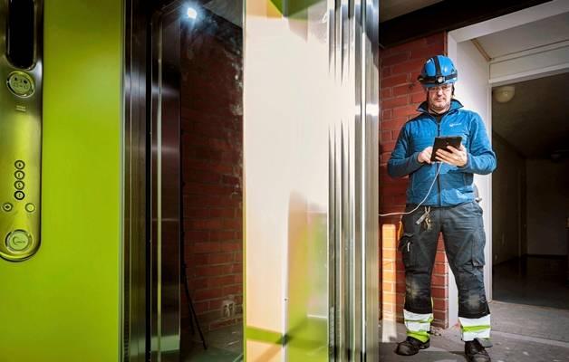MIKKO ILO TUNTEE hissit kuin omat taskunsa. Työ Koneen hissiasentajana on vienyt häntä työkohteesta toiseen jo kolme vuosikymmentä. Työkavereiden tapaamiset, tiiviit puhelinyhteydet ja hyvin toimivat sähköiset ohjelmat takaavat tunteen kuulumisesta työyhteisöön.
