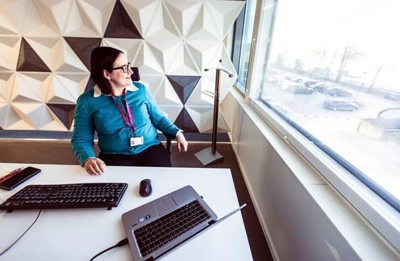 Elina Jokinen on Suomen ja Baltian henkilöstöjohtaja Koneen hissien liiketoiminta-alueella. Hän matkustaa työssään harvakseltaan, mutta tekee toisinaan etätöitä kotoa käsin.