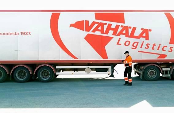 Hannu Lehtonen tarkastaa ajoneuvon kunnon silmämääräisesti aina ennen liikkeelle lähtöä, mikä varmistaa sekä omaa että muiden turvallisuutta.