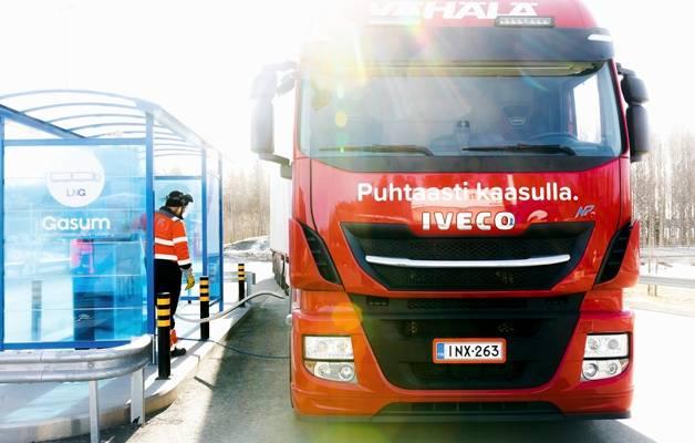 Kaasulla kulkevan yhdistelmäajoneuvon tankkaus kuuluu Atte Ikosen työrutiineihin. Valtaosa työpäivästä kuluu kuitenkin liikenteessä.
