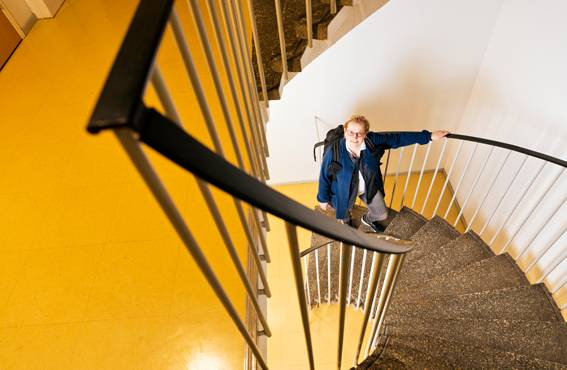 Valitsen usein asiakkaan luo mennessäni hissin sijasta vielä rappuset, sanoo kotisairaanhoitaja Maarit Lindholm.