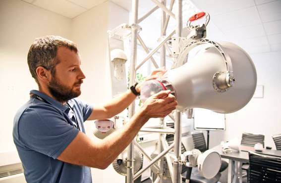 Jakub Sakala esittelee, miten antenni kiinnitetään linkkitorniin. Suunnittelijoiden pitää tietää, miten heidän luomuksiaan käytännössä käytetään.