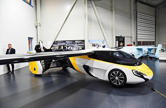 AeroMobil valmistaa autoja, jotka osaavat lentää! Aeromobilen malliversio 4.0 lentovalmiudessa. Se on hyväksytty EU:ssa ilma-alukseksi.