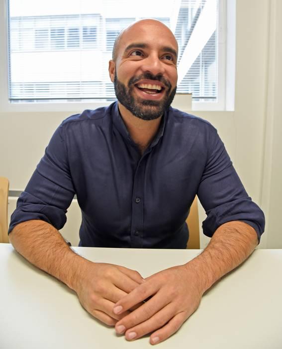Oscar Thores istuu vaihteeksi Innovatrixin toimistolla.