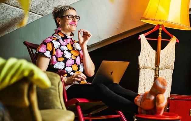 Keinutuolissa taitekaton alla on Silja Kyytisen mieluisin työpiste, jossa sujuvat rutiinit ja syntyvät parhaat ajatukset.