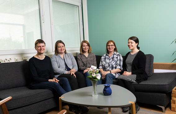 Vasemmalta oikealle: Sari Kivimäki ja Johanna Eskelinen Ideogrammista sekä Tuuli Kulonen, Johanna Halme-Salonen ja Sonja Papunen Iiris Prosta ovat kehittäneet yhdessä kuvakommunikaatiohankkeessa toteutettuja kuvia