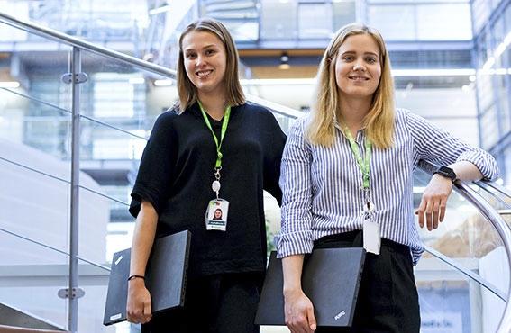 Tea Kaikkonen ja Anna Mali kiinnostuivat kaupallisesta alasta kumpikin sen monipuolisuuden vuoksi. Se tarjoaa myös monenlaisia mahdollisuuksia suuntautua tulevaisuudessa mihin vaan.