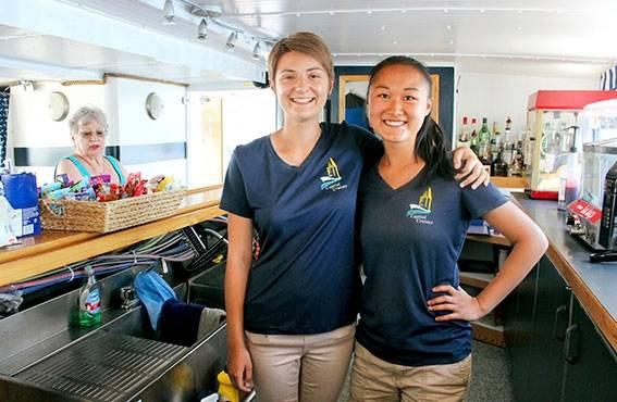 Eve Beauchamp (vas.) ja Ann Hérard opastavat turisteja jokiristeilyllä. Työpaikka löytyi sosiaalisen median kautta.